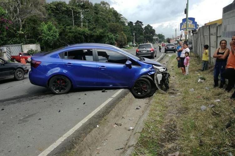 Vehículo involucrado en accidente en el kilómetro 25 ruta a El Salvador. No hubo heridos. (Foto Prensa Libre: PMT de Fraijanes).