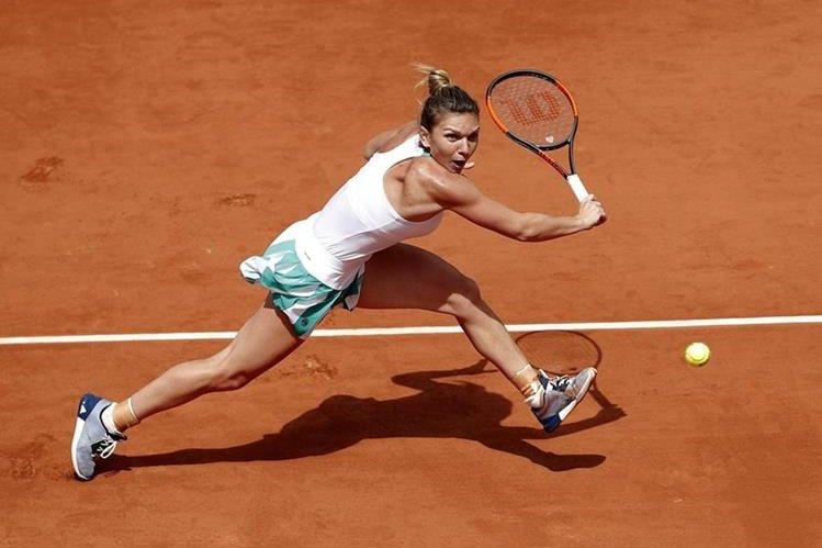 La tenista rumana Simona Halep en una acción contra la ucraniana Elina Svitolina. (Foto Prensa Libre: EFE)