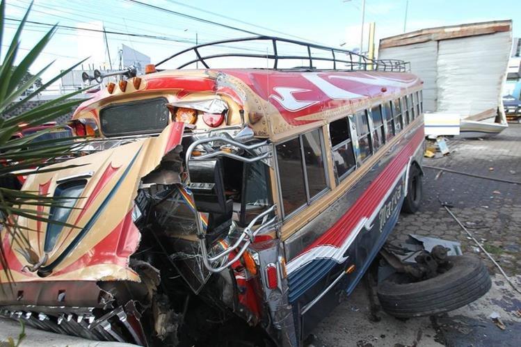 Autobús perdió el control en Mixco y chocó con una gasolinera y un paredón. (Foto Prensa Libre: Hemeroteca PL)