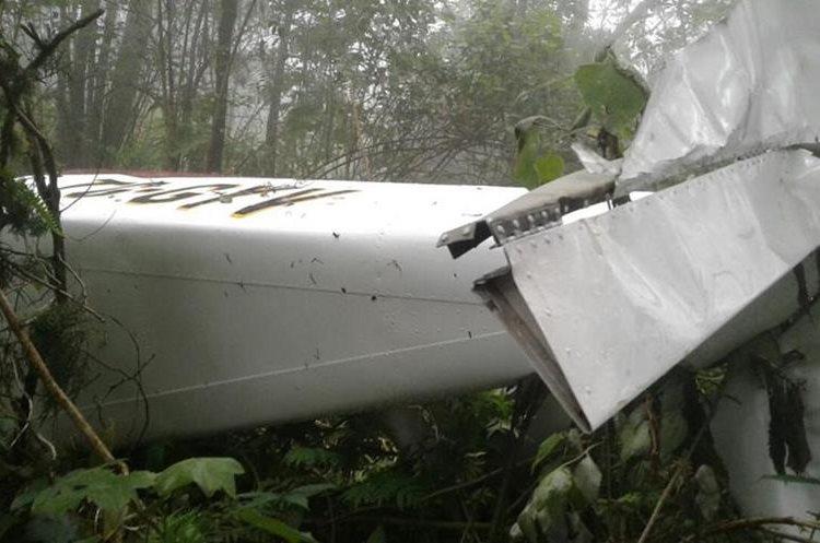 Cola de la avioneta accidentada en el Volcán de Agua (Foto Prensa Libre: PNC).