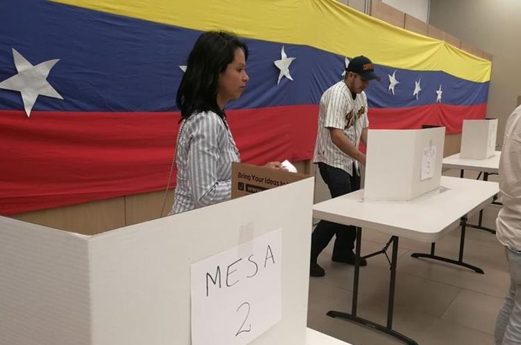 Venezolanos radicados en Guatemala participaron en una votación simulada en contra de la Constituyente. (Foto Prensa Libre. Óscar Rivas)