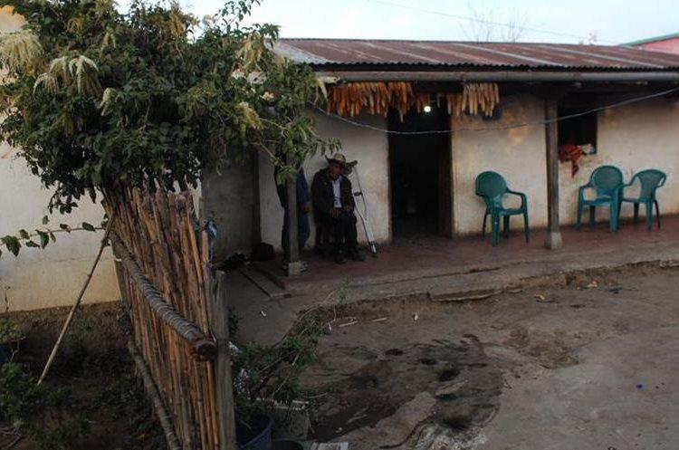 Las precarias condiciones en la que vive la familia en Panimaché Primero, les afecta para repatriar al joven. (Foto Prensa Libre: Ángel Julajuj)