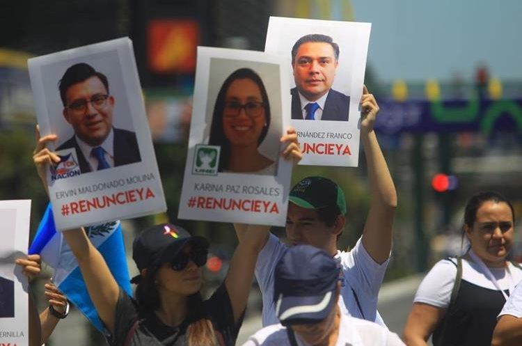 El viernes de la semana pasada los diputados fueron retenidos por varias horas porque los manifestantes pedían que renunciaran a sus curules.