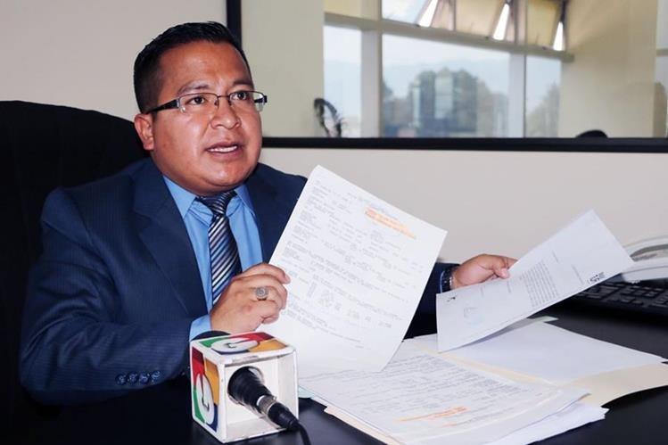 Mynor Domínguez muestra documentos durante la conferencia de prensa. (Foto Prensa Libre: Carlos Ventura)