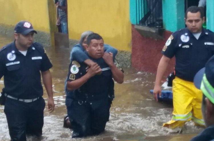 Bomberos Municipales Departamentales rescatan a personas en San Felipe de Jesús. (Foto Prensa Libre: Cortesía)
