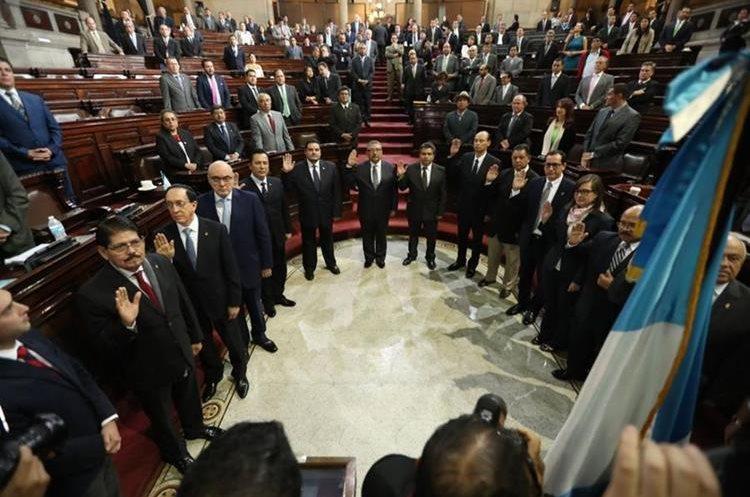 Juramentación comision postuladora para elección de fiscal General del MP son juramentados en el congreso. (Foto Prensa Libre: Esbin García)