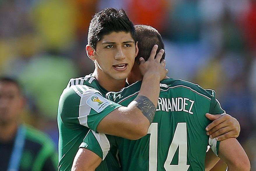 Pulido consuela a uno de sus compañeros. (Foto Prensa Libre: AP)