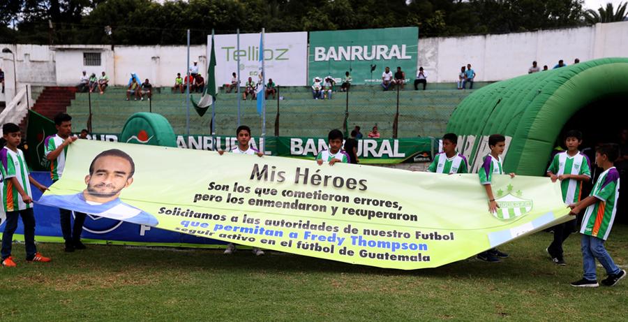 Los jugadores de Antigua GFC mostraron su apoyo a su compañero Fredy Thompson, suspendido por seis meses. (Foto Prensa Libre: Carlos Vicente)