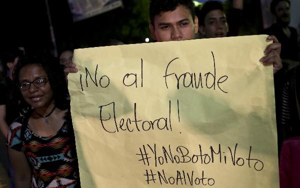 Un estudiante participa en una protesta contra Daniel Ortega y el proceso de elección. (AP).