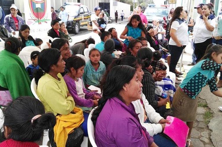 Empleada del Renap en Jalapa inscribe a un niño que no había sido registrado por falta de recursos. (Foto Prensa Libre: Hugo Oliva)