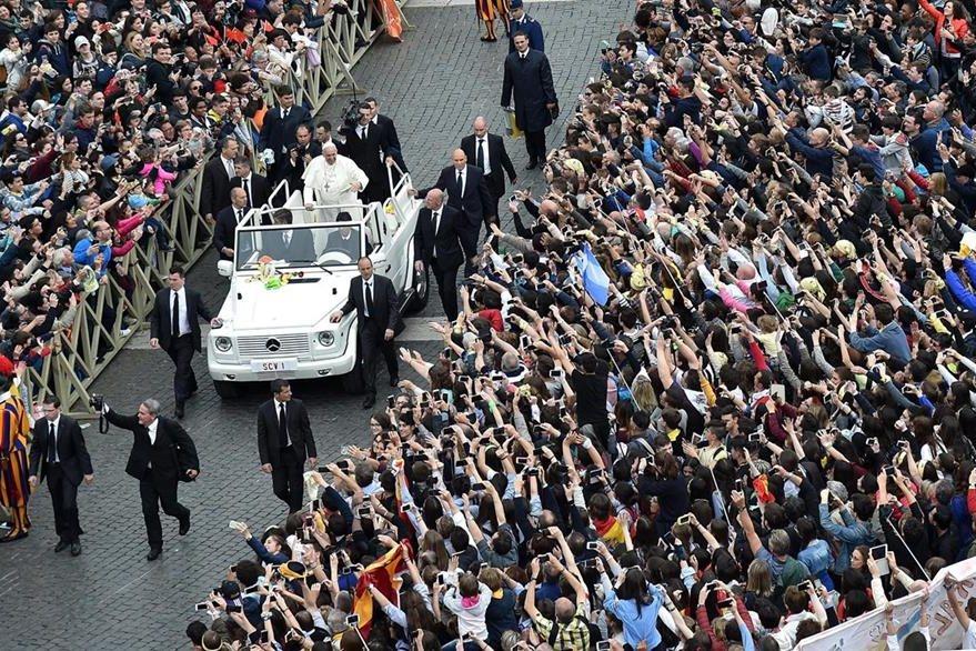 Como ya es tradición, el Papa recorre la Plaza de San Pedro del Vaticano. (EFE)