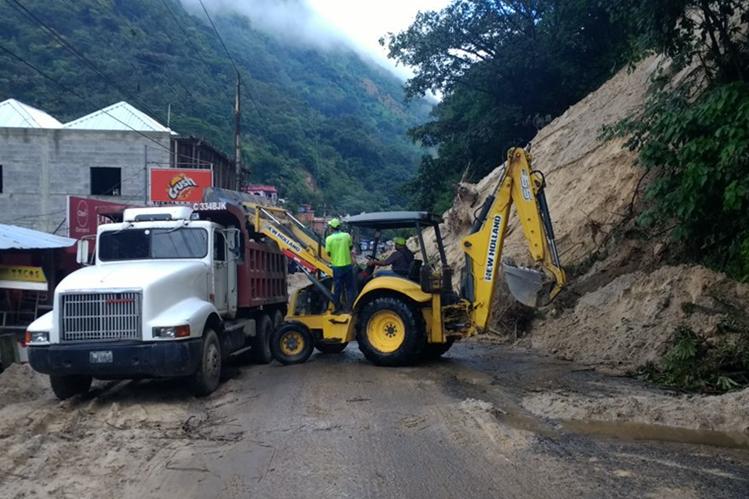 Maquinaria trabaja para retirar el derrumbe en el km 316, ruta Interamericana, San Pedro Necta, Huehuetenango. (Foto Prensa Libre: Mike Castillo)