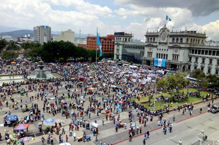 La manifestación llegó a la Plaza de la Constitución. (Foto Prensa Libre: Érick Ávila)