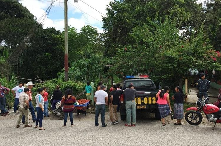 Vecinos y familiares se sorprendieron por el hallazgo de los cuerpos de las tres hermanas. (Foto Prensa Libre: Mario Morales)