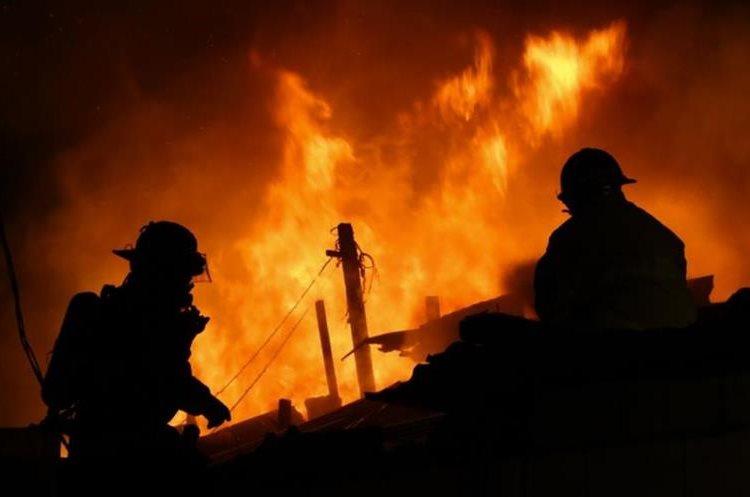 Bomberos trabajan en extinción de incendio en el asentamiento Colom Argueta, zona 3. (Foto Prensa Libre: Bomberos Municipales)