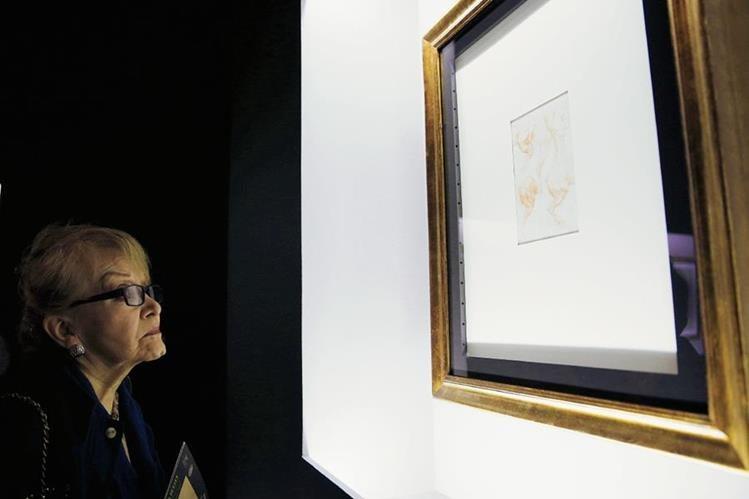 Una mujer observa la obra Estudio de las patas de un caballo, de la exposición Leonardo da Vinci y la idea de la belleza. (Foto Prensa Libre: EFE)