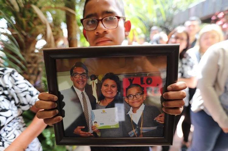 José Peralta, alumno de Ana Gabriela Castillo, la maestra que falleció en el percance, llegó al velorio para dar el pésame a la familia. (Foto Prensa Libre: Érick Ávila)