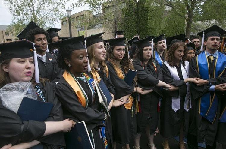 Los estudiantes de Notre Dame salen de su ceremonia de graduación en oposición a las políticas del gobierno de Donald Trump, cuando el vicepresidente Mike Pence se presentaba para su discurso. (Foto, Prensa Libre: AP)