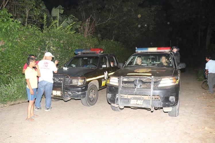 Autoridades inspeccionan el lugar donde fue localizada la supuesta víctima, en Retalhuleu. (Foto Prensa Libre: Rolando Miranda).