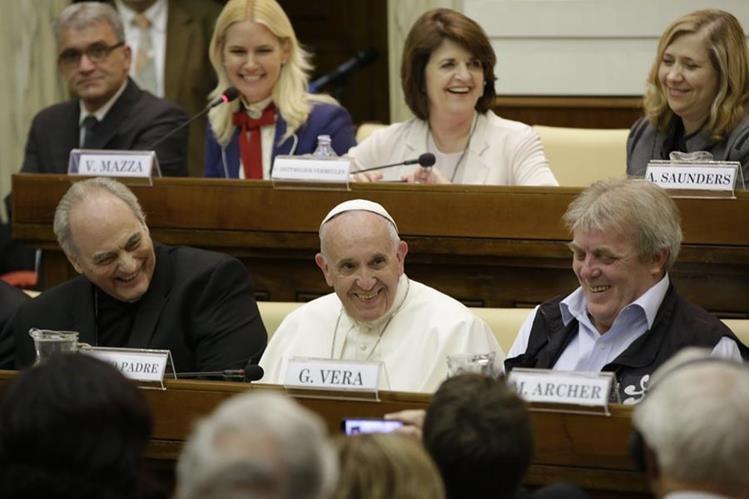 El papa Francisco sonríe mientras participa en la convención de jueces y magistrados contra el tráfico humano y el crimen organizado en El Vaticano. (Foto Prensa Libre: AP).