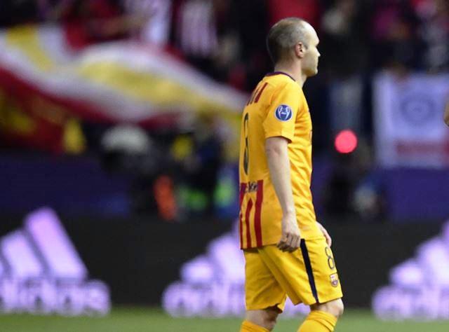 El mediocampista del Barcelona, Andrés Iniesta sale triste por la eliminación de la Liga de Campeones frente al Atlético de Madrid. (Foto Prensa Libre: AFP)