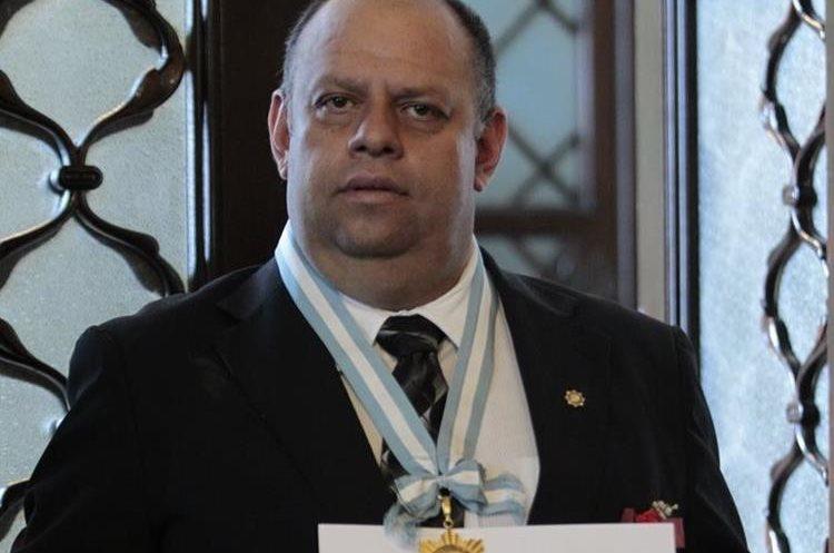 Vinicio Pazos es galardonado en la ceremonia. (Foto por Carlos Hernández)