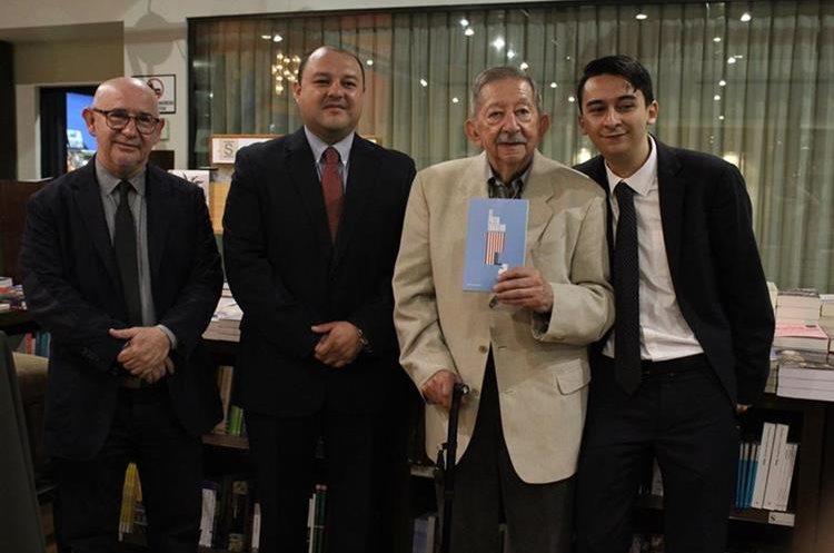 Ramiro MacDonald, Antonio Barrios, Antonio Móvil y José Carlos Móvil durante la presentación del libro. (Foto Prensa Libre: José Andres Ochoa)