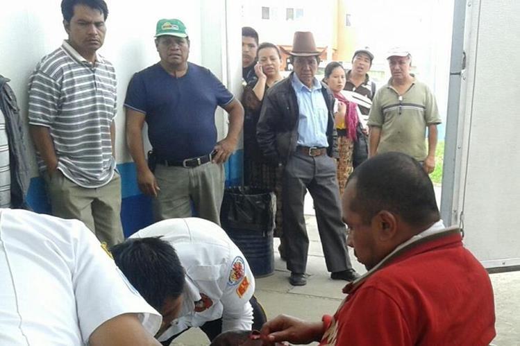 Socorristas estabilizan a hombre sindicado de asaltar a vecinos de la cabecera de Chimaltenango. (Foto Prensa Libre: José Rosales)