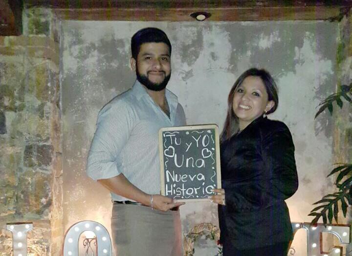 Julio González y Alejandra Pivaral, luego de que ella aceptó la solicitud de matrimonio y aceptó unir sus vidas en matrimonio. (Foto Prensa Libre: Cortesía).