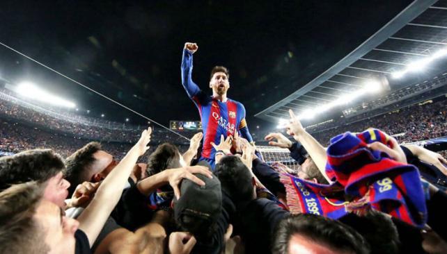 El argentino Lionel Messi festeja eufórico con sus aficionados, la histórica remontada contra el PSG francés, en los octavos de final de la Liga de Campeones de Europa (Foto Prensa Libre: tomada de internet)