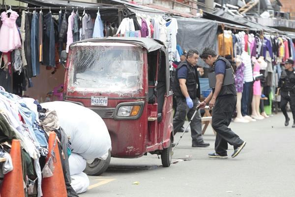 Peritos del Ministerio Público recolectan evidencia alrededor del mototaxi. (Foto Prensa Libre: Erick Ávila)