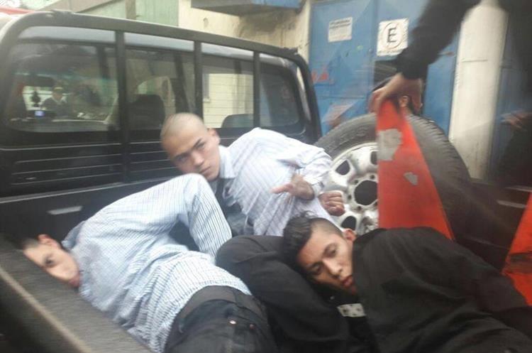 Los tres pandilleros detenidos fueron llevados ante un juez. (Foto Prensa Libre: Paulo Raquec)