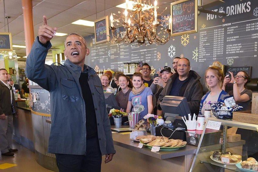Obama visita una cafetería en Anchorage, Alaska. (Foto Prensa Libre: AFP).