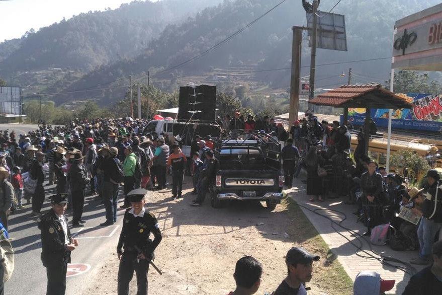Bloqueo en el km 130 de la ruta Interamericana. (Foto Prensa Libre: Ángel Julajuj)