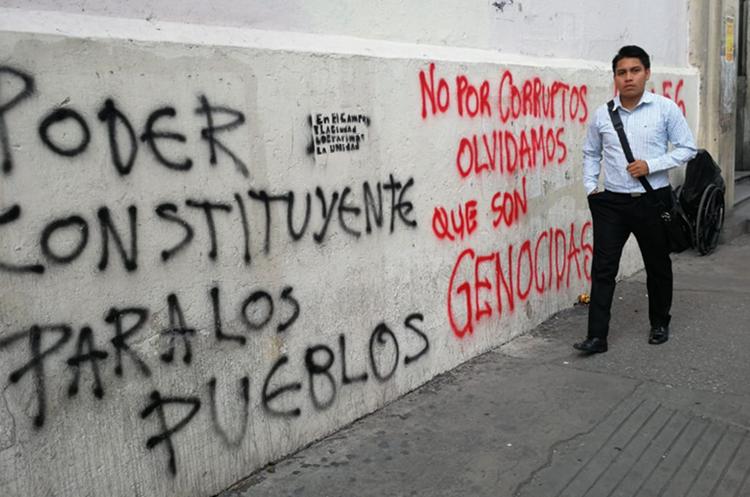El presidente Jimmy Morales criticó aquellas marchas en la que los manifestantes manchan paredes. (Foto Prensa Libre: Érick Ávila)
