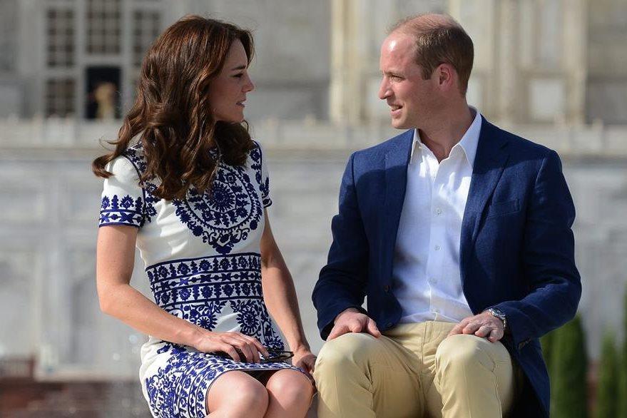 El príncipe Guillermo (der.) y su esposa Catalina conversan en el mismo lugar donde la princesa Diana se sentó hace 24 años. (Foto Prensa Libre: EFE).