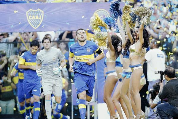 El jugador de Boca Juniors Juan Román Riquelme (c) lidera la salida de su equipo en el partido contra Independiente disputado el 11 de marzo de 2012. (Foto Prensa Libre: EFE)