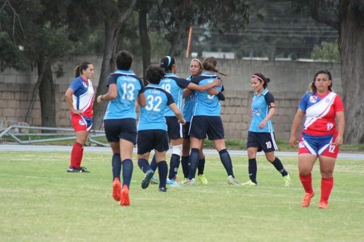 Jugadoras de Unifut festejan luego de que Naomi Oliva marcó el gol que les dio el triunfo contra Deportivo Xela. (Foto Prensa Libre: Cortesía Erwin Morales)