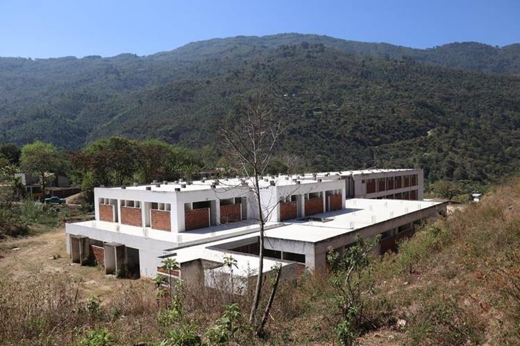 Perdido entre la maleza sigue el Hospital Distrital que se construye en San Pedro Necta, desde el 2009. (Foto Prensa Libre: Mike Castillo)