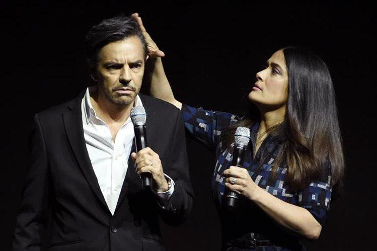 """Salma Hayek, derecha, junto a Eugenio Derbez durante la presentación de la película """"How to Be a Latin Lover"""" en el CinemaCon 2017 realizado en Caesars Palace el pasado jueves. (Foto Prensa Libre:Chris Pizzello/Invision/AP)"""