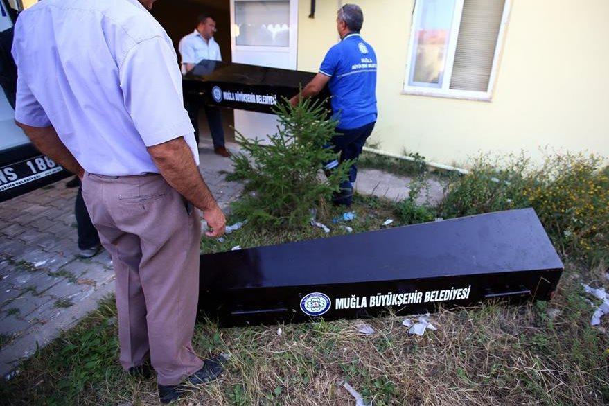 Oficiales turcos, trasladan los ataúdes de migrantes muertos en el Mediterráneo. (Foto Prensa Libre: AP).