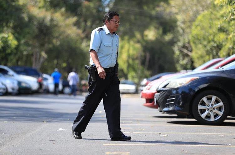 Policías patrullan a diario la Usac, no obstante, estudiantes y comerciantes consideran que son pocos. (Foto Prensa Libre: Carlos Hernández)