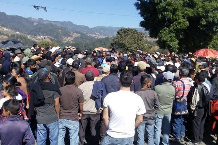 Pobladores dialogan para liberar paso en ruta Interamericana, entre Sololá y Quiché. (Foto Prensa Libre: Ángel Julajuj)