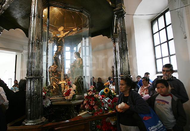 Devotos hacen largas filas para pasar a venerar al Cristo Negro de Esquipulas en su camarín. (Foto: Hemeroteca PL)