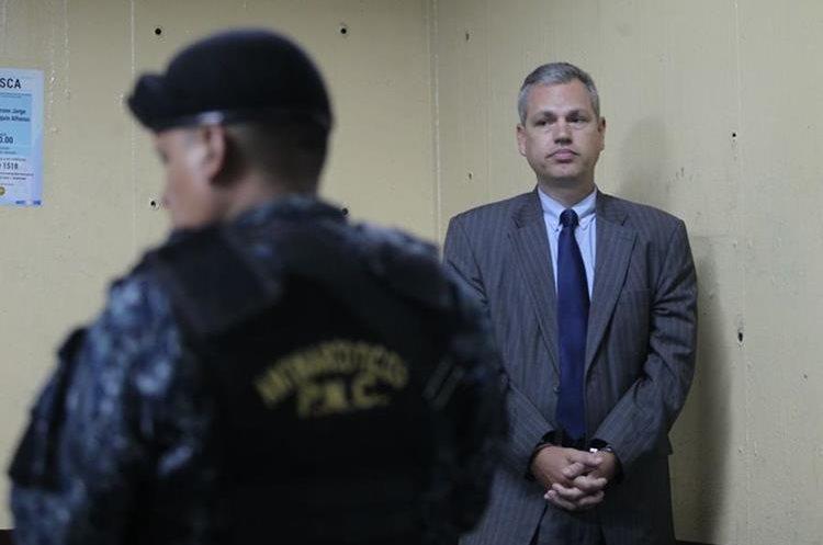 Boussinot espera en la Torre de Tribunales donde le darán a conocer el motivo de su detención.