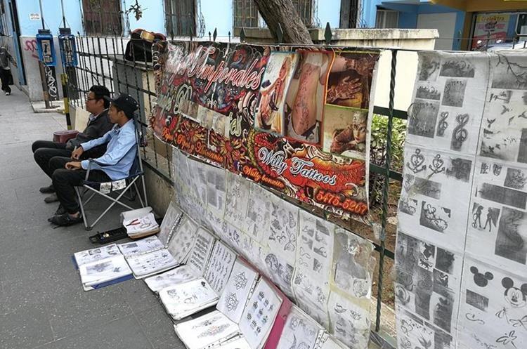 Los puestos de tatuajes temporales abundan en el Paseo de la Sexta, zona 1 de la capital. (Foto Prensa Libre: César Pérez)