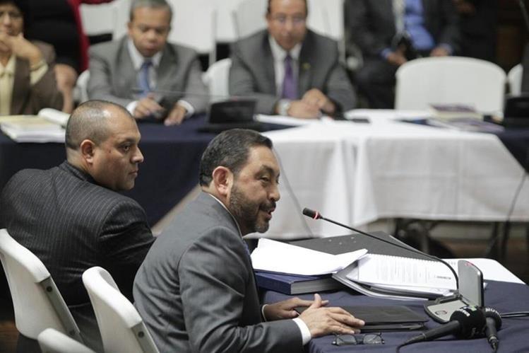 El exministro de Gobernación, Mauricio López Bonilla, declara en la Sala de Vistas de la CSJ. (Foto Prensa Libre: Edwin Bercián)