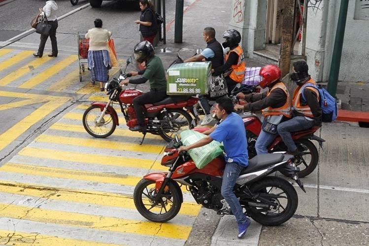 Motoristas invaden el paso peatonal en la 8a. avenida y 13 calle, zona 1. (Foto Prensa Libre: Paulo Raquec)