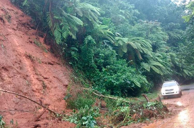 Un derrumbe por la saturación del suelo por las lluvias de las últimas horas, se registró en el kilómetro 273. (Foto Prensa Libre: Whitmer Barrera)
