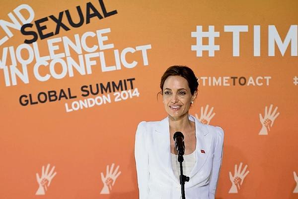 <p>Actriz estadounidense da declaraciones en la inauguración de una cumbre  sobre violencia sexual en los conflictos,   en Londres. (Foto Prensa Libre: EFE)<br></p>